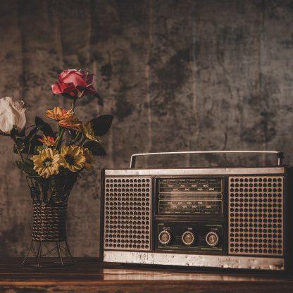 Radio mit Blumen